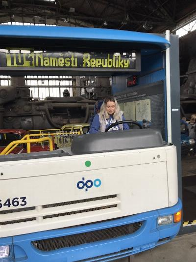Andrejka jede na Náměstí Republiky